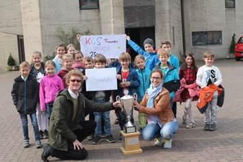 Die Klassensprecher der Katholischen Grundschule Frankenforst kamen mit Direktor Hans-Georg Jaspers zur Spendenübergabe ins Kinderdorf und durften den Wanderpokal des Fußballturniers bestaunen