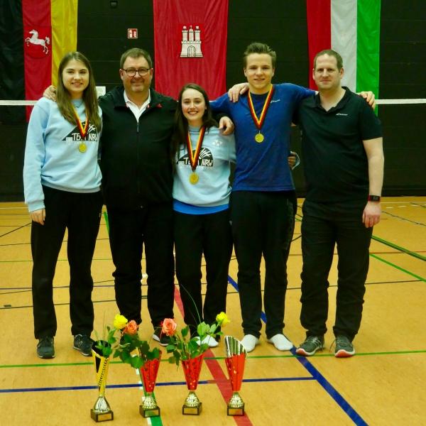 Deutsche Meister und Coaches: v.l.n.r. Paula Kick, Heinz Kelzenberg, Runa Plützer, Elias Beckmann, Daniel Winkelmann